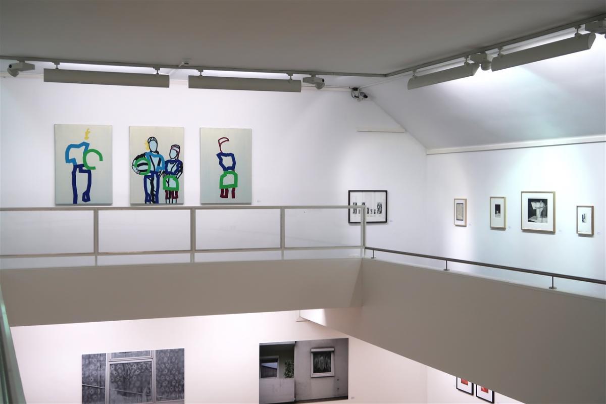 "Peter-Nowotny_2018_2 ""Meine große Schwester mit Ball"" Triptychon / Größe: 3 x (115 x 80 )cm / Acryl / Leinwand / Keilrahmen"